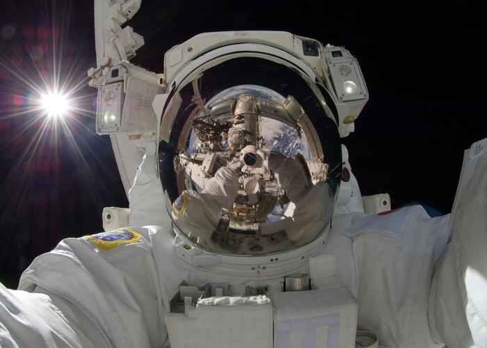 Человек становится выше в космосе.