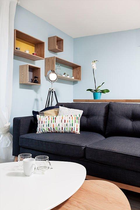 Диван гостиной установлен вплотную к кухонному острову.