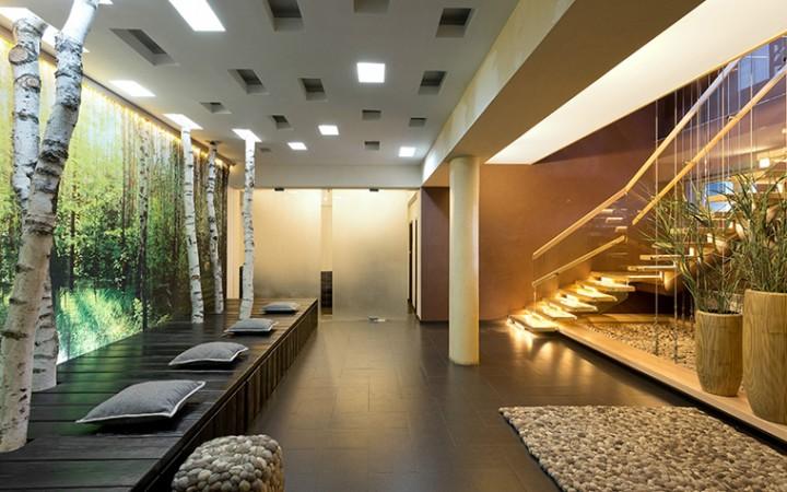 <p>Автор проекта: Виктория Якуша.</p> <p>Вопрос декорирования интерьера ветвями и корягами можно решить радикально, особенно если квартира оформлена в стиле эко-минимализм. Стволы берёз могут выглядеть очень эстетично и уместно в соответствующей обстановке.</p>