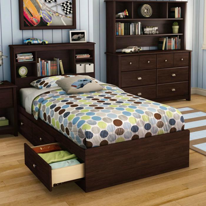 Кровать со встроенными ящиками позволит избавиться от ненужных шкафов, загромождающих пространство комнаты.