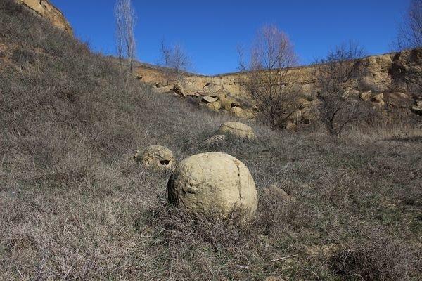 В Белогорском районе Крыма, недалеко от села Крымская Роза, можно встретить несколько шарообразных камней диаметром около одного метра бобовины, геология, земля, камни, конкреции, чудо