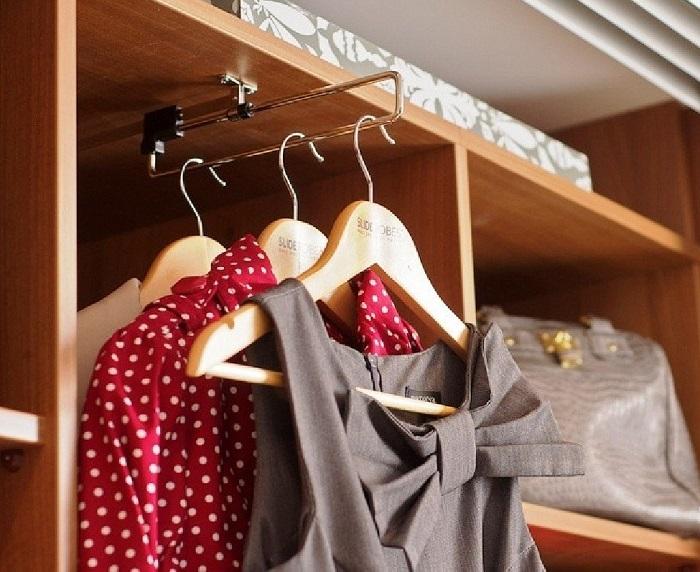 Платья лучше хранить на пластиковых плечиках, а не на деревянных. / Фото: tvoimebli.com.ua