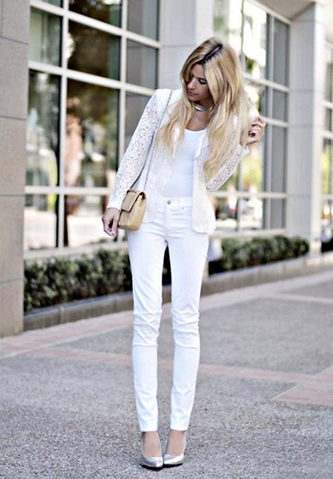 Белая одежда всегда выглядит выигрышно.