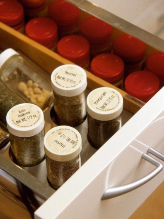 Способы хранения специй на кухне: в выдвижном ящике