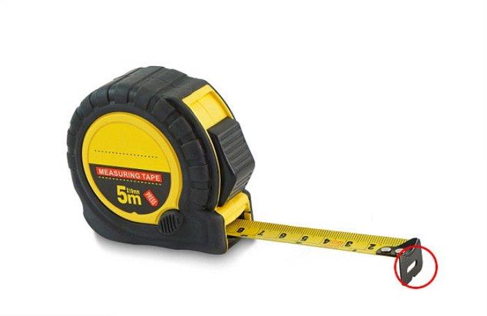 Как можно использовать отверстие на конце измерительной рулетки.