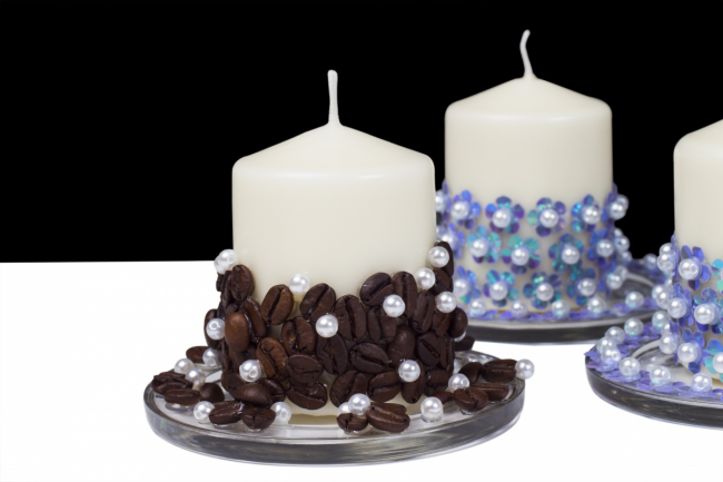 Декорирование свечей при помощи кофейных зерен и бусин