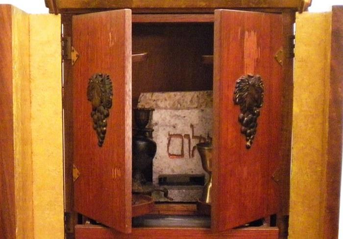 Шкафчик с диббуком.