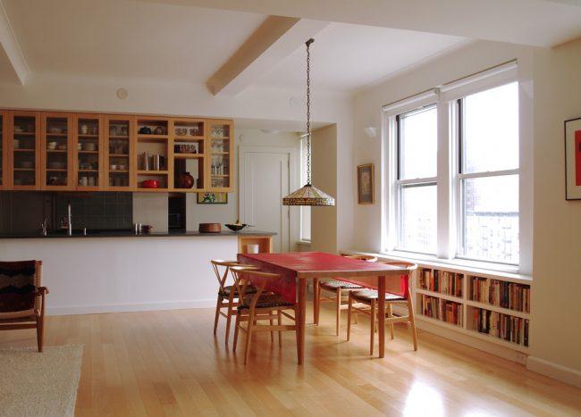Красная клеенчатая скатерть в интерьере кухни стиля модерн