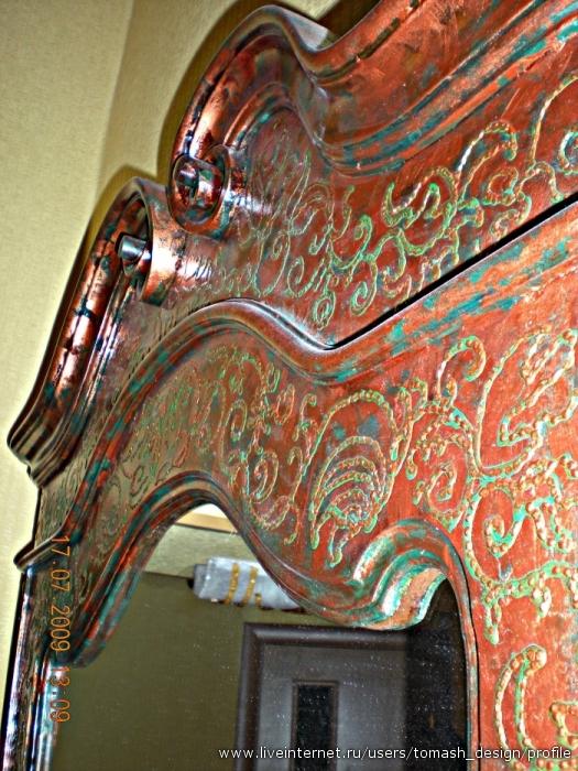 Имитация медной поверхности с чеканкой на раме антикварного зеркала
