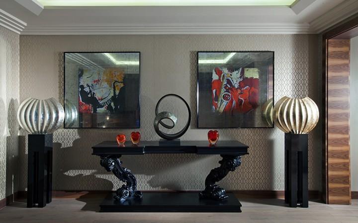 <p>Автор проекта: компания Mill-Studio</p> <p>В эпоху глобальной эклектики, когда принято соединять разные стили в  одном пространстве, модные дизайнеры и декораторы любят украсить строгий  минималистичный интерьер одной классической вещью, часто таковой  становится фигурная резная консоль.</p>