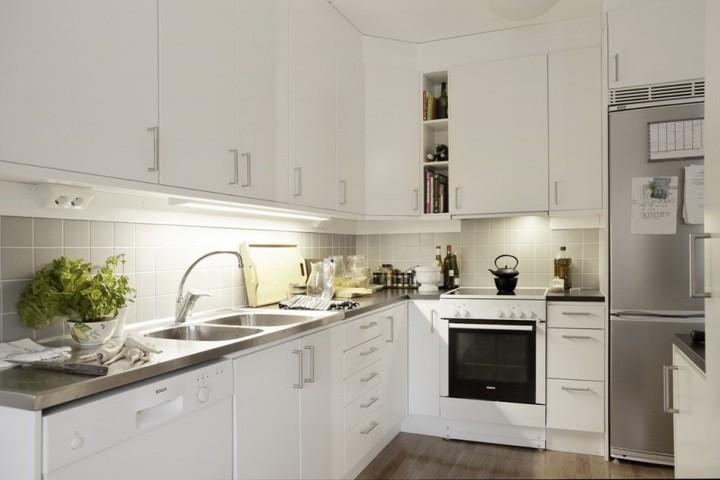 Кухонные шкафы тоже окрашены в белый цвет