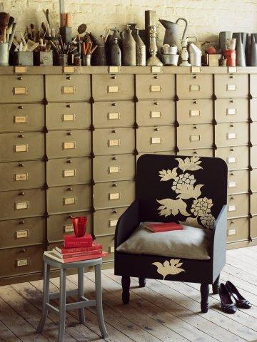 Окрашенные дерева стул нарисовать картину на черном гной цветы, вырезанные из страниц книги