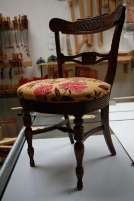 Старую мебель на свалку! Или нет? Как перетянуть обивку стула.