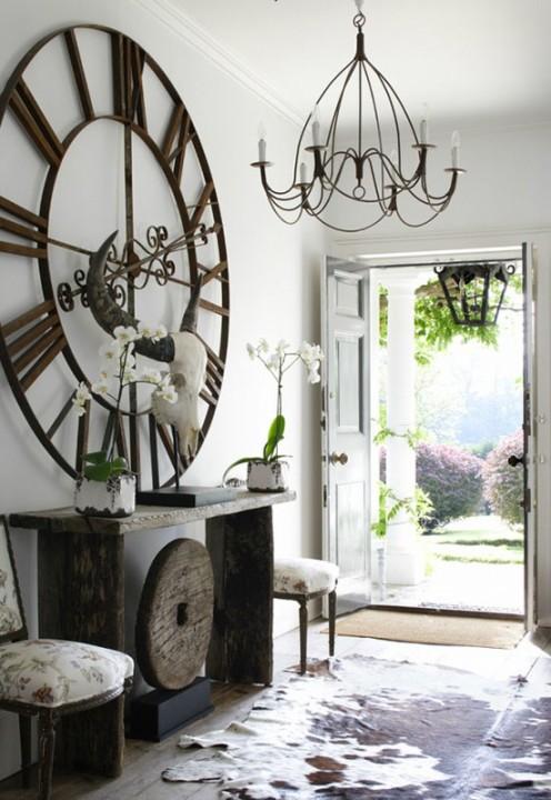 Кованые часы и люстра в частном доме