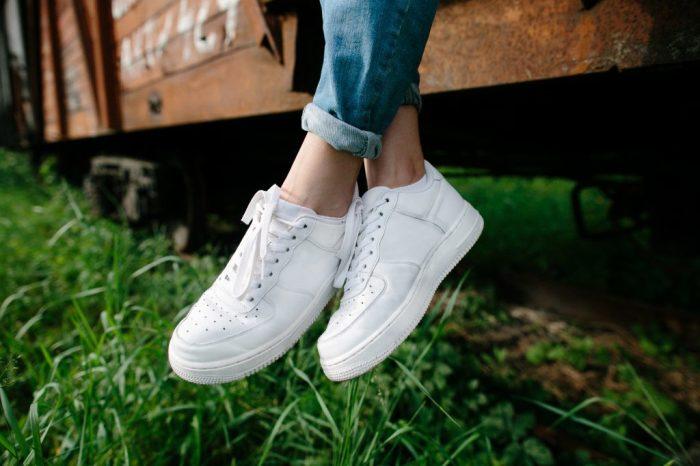 Лак помогает замаскировать царапины на кроссовках. / Фото: Openoblokah.ru