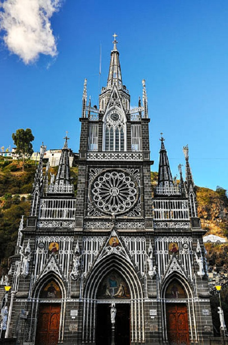Фасад собора больше напоминает роскошный дворец.