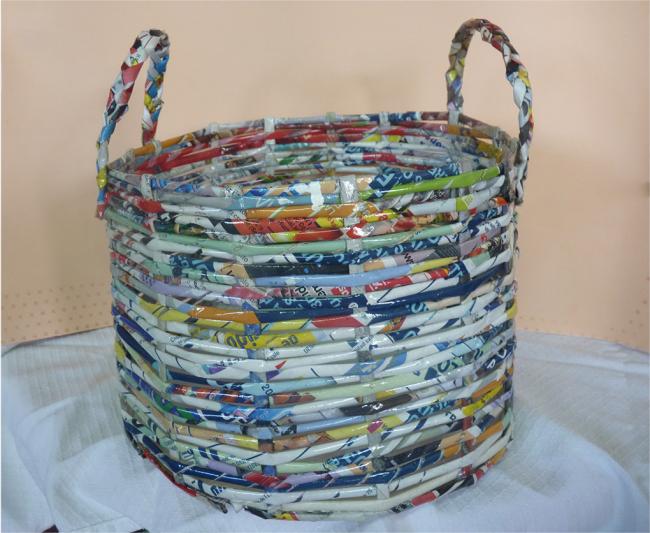 Корзина и газет покрытая лаком с тонкими ручками