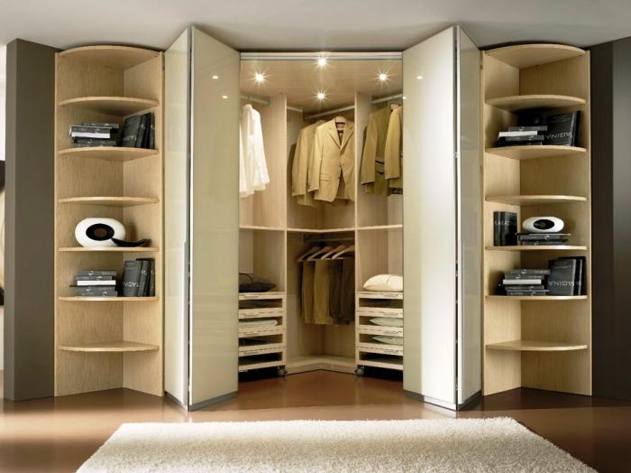 Одежду в шкафу следует регулярно перебирать и проветривать / Фото: radesign.kiev.ua