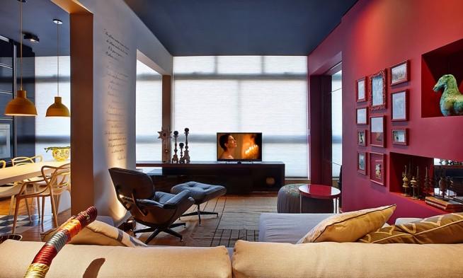 квартира - студия в сине-розовых тонах с панорамными окнами на всю стену