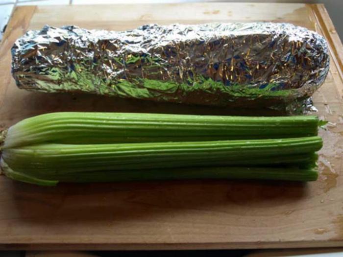 Сельдерей и салат-латук в холодильнике.