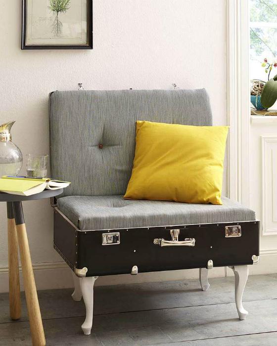 Мини-диванчик из чемодана.