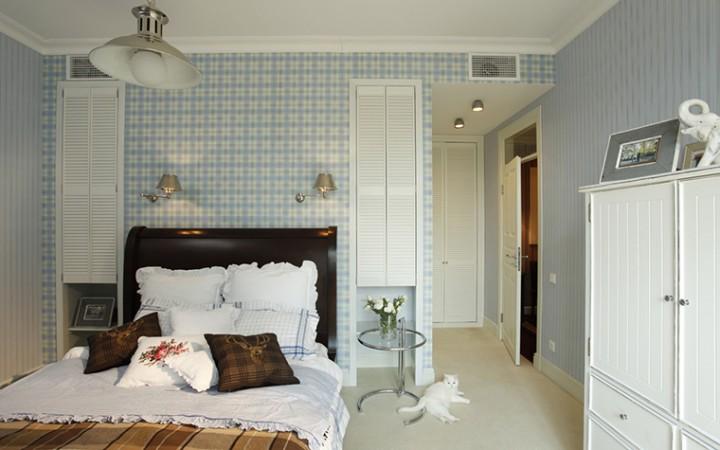 <p>Автор проекта: студия  Selva-style.</p> <p>Ниши в стене спальни могут служить своеобразной маленькой гардеробной для хранения белья. Их можно закрыть, а можно оставить открытыми.</p>