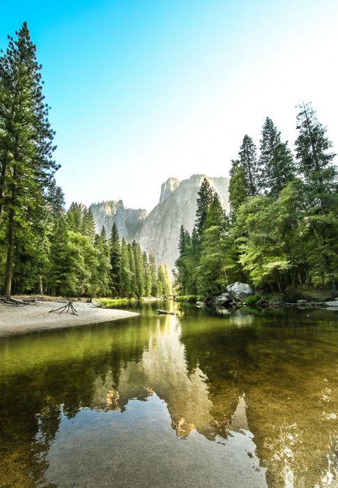 Горная река с зеркальной поверхностью.