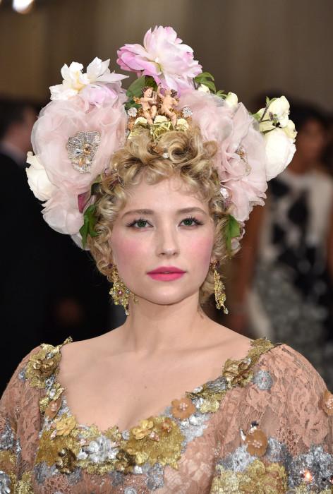 Американская актриса привлекла внимание своей цветочной короной с купидонами.