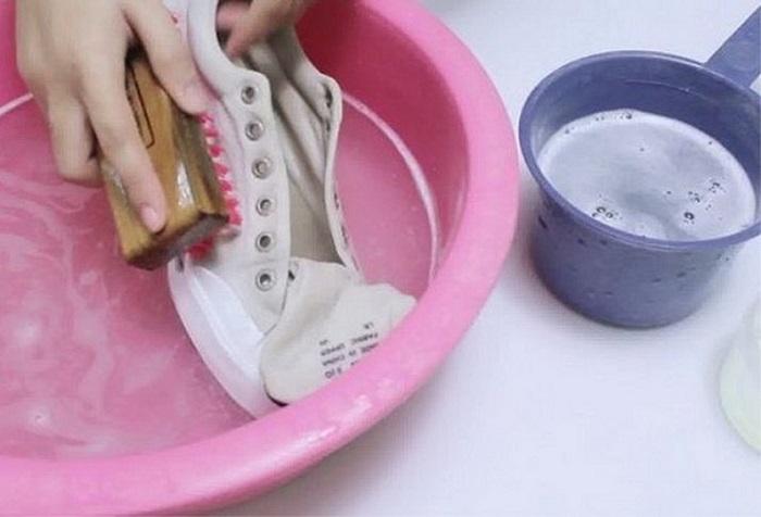 Стирайте кроссовки в мыльной воде. / Фото: medvedevatat.site