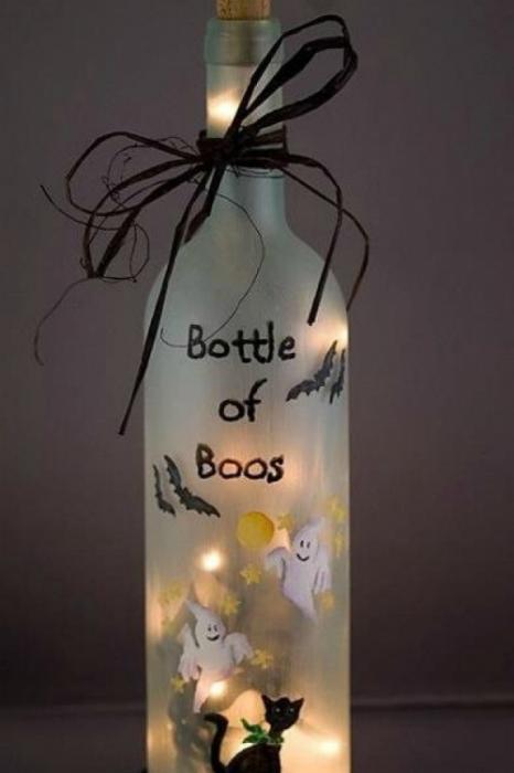 Разукрасьте бутылку специальными красками или сделайте аппликацию, а во внутр вставьте свечку.