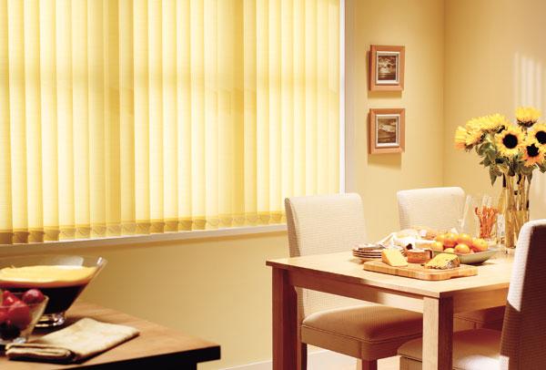 Желтые жалюзи на кухне