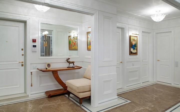 <p>Автор проекта: Елена Битулева</p> <p>Узкие консоли иногда бывают единственно возможным вариантом мебели в небольшой по площади зоне. Как в этой прихожей, рядом с удобным креслом смог поместиться только стройный консольный столик.</p>