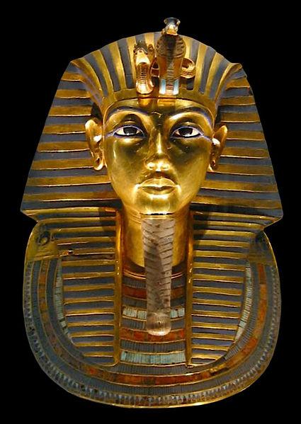 Посмертная маска Тутанхамона. На голове фараона - немес