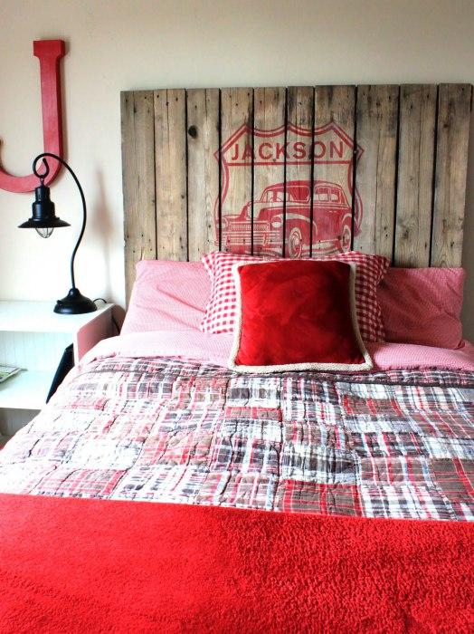 Изголовье кровати из европоддона внесет изюминку в интерьер спальни.