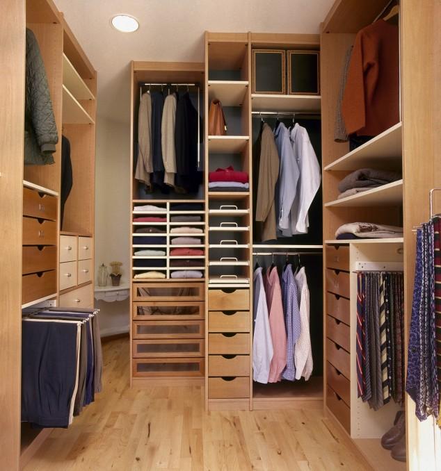 Высокие многоуровневые стеллажи позволят правильно систематизировать и упорядочить расположение одежды.