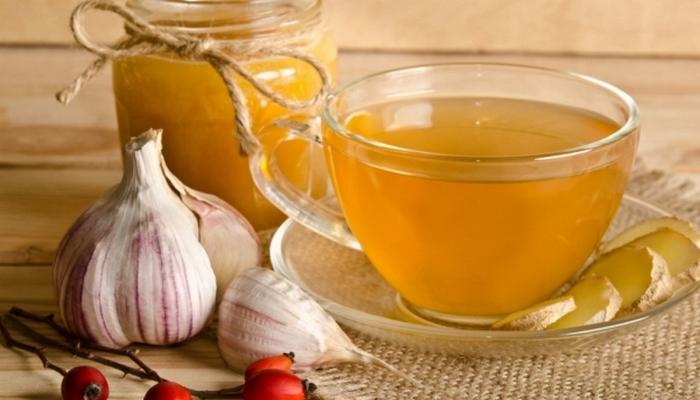 Поможет при боли в горле: чесночный чай.