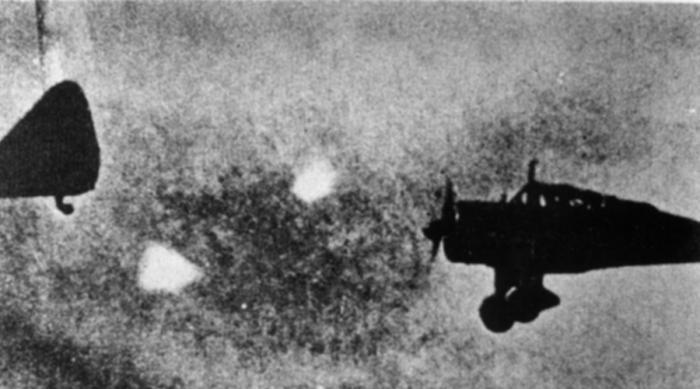 Foo Fighters Популярная рок-группа взяла название именно этого пугающего явления, документально зафиксированного в ноябре 1944 года. Небольшие металлические шары будто сияющие красным — те самые Foo Fighters — много раз фотографировали пилоты бомбардировщиков. Особенно часто загадочные объекты встречались в Индийском океане.