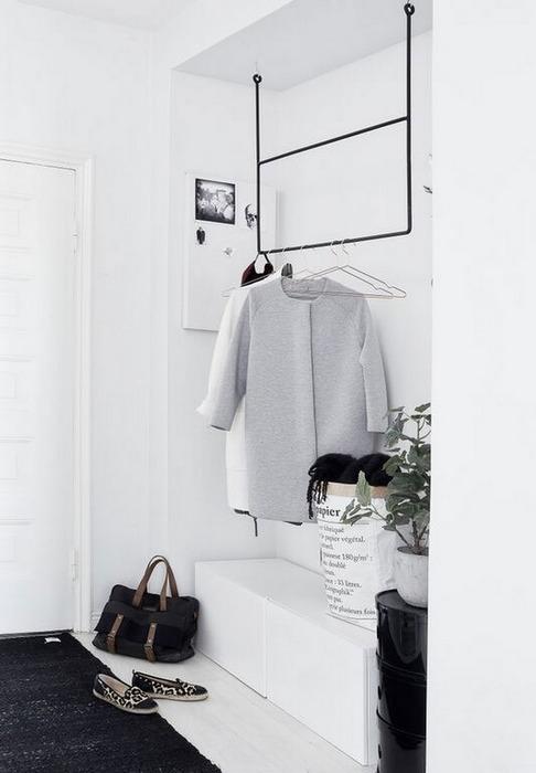 Белый цвет идеально подходит для оформления маленькой прихожей.