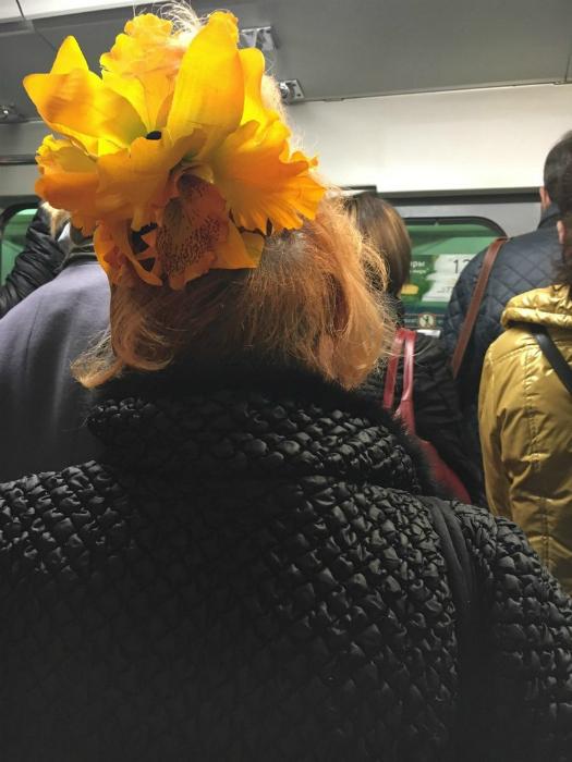 Женщина с цветком.