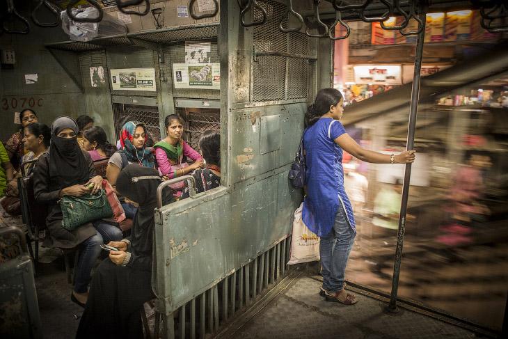 Женское купе пригородного поезда, Мумбаи