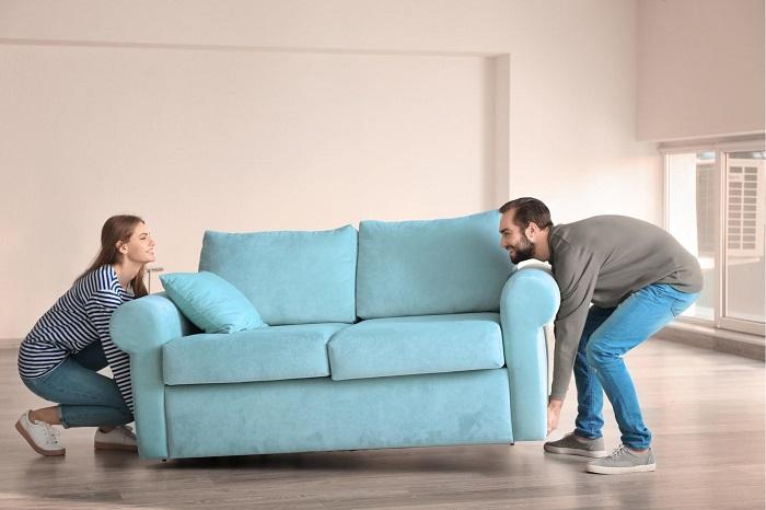Перевозить старый диван, подаренный родителями, из квартиры в квартиру - не лучшая идея. / Фото: matras39.ru