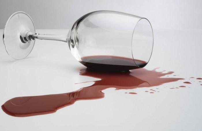 Если пролили напиток, сразу же присыпьте его солью / Фото: fathouse.com.ua