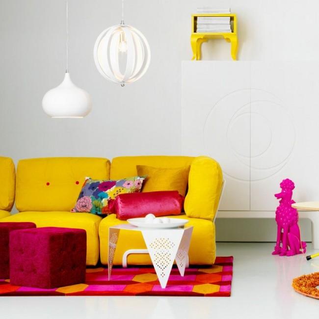 Яркий диванчик прекрасно гармонирует с ядовито - розовыми оттенками в светлой комнате