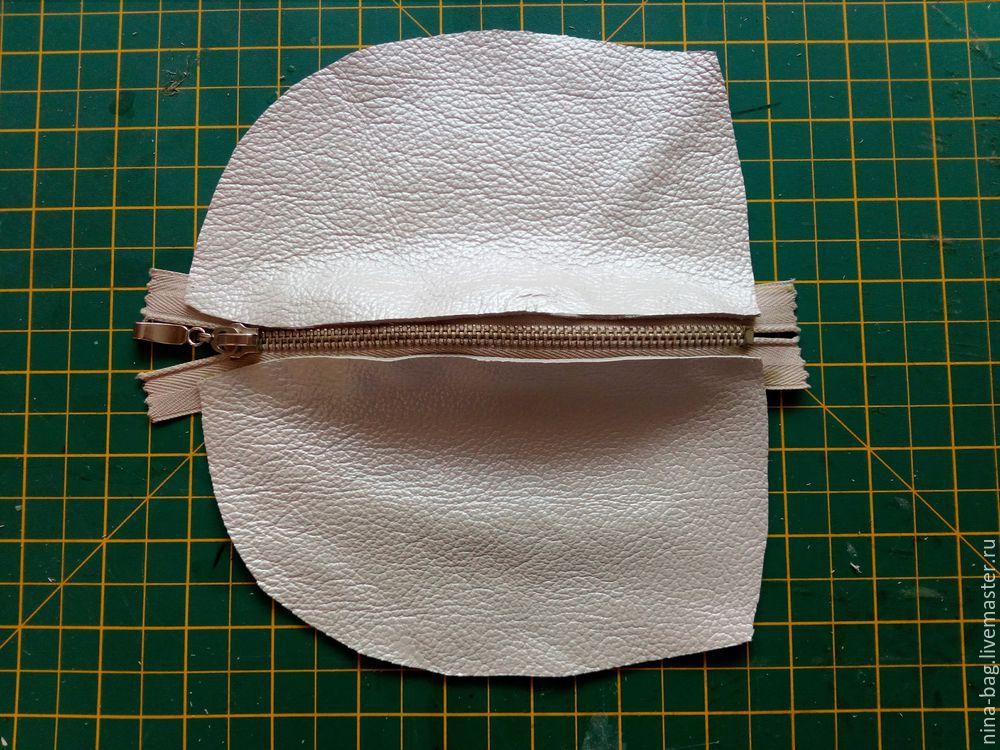 После этого переводим выкройку на кусок ткани и вырезаем полученный рисунок.