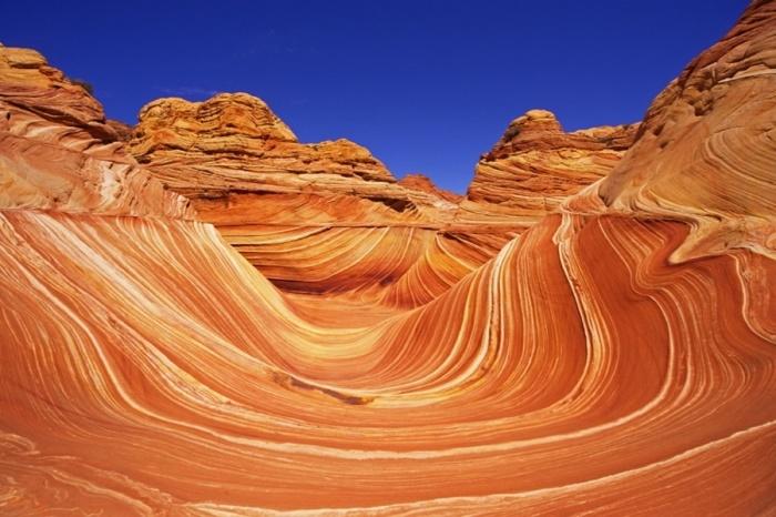 Рельефные изгибы дугообразной впадины, которые напоминают движения ветра.