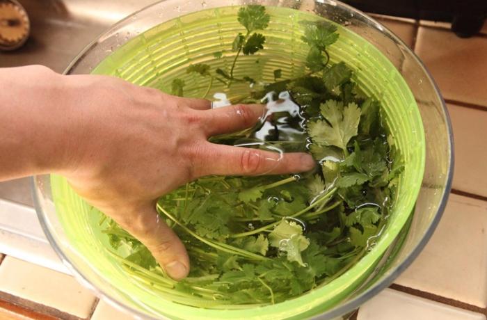Если зелень замочить в растворе с уксусом, она дольше останется свежей.