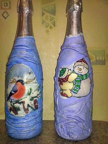 После высыхания ткани на бутылке, наносим декупажную салфетку и покрываем на свое усмотрение краской