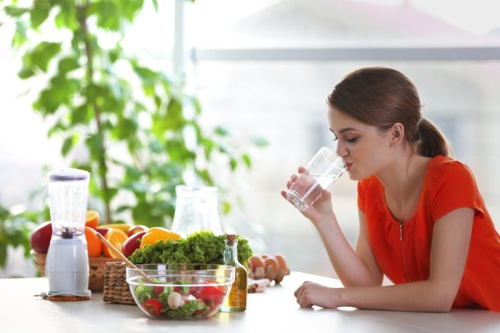 Не запивайте еду холодными напитками. / Фото: versiya.info