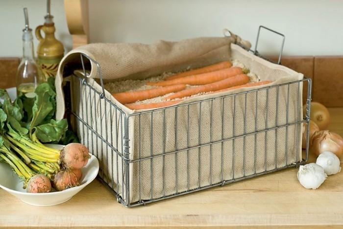 Большое количество моркови следует хранить в деревянном ящике, пересыпанным песком или опилками
