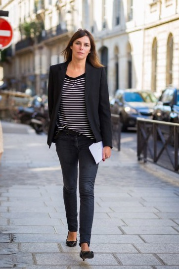 Claire Dhelens в серых джинсах и черном жакете